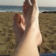 Müde alte Füße am Strand
