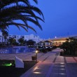 Hotellandschaft bei Nacht II
