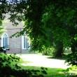 Kirche mit Parkbäumen