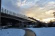 Schnellstraßenbrücke im Winter