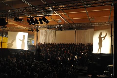 Die Theater-AG des KGT sorgte mit zwei Schatten- und Projektionswänden in sieben Bildern für die Aktualisierung und Kontrastierung des Stoffes.