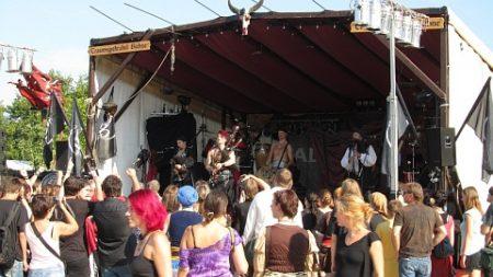 Saltatio Mortis und auch andere Bühnenkünstler legten sich trotz der Hitze für das Publikum ins Zeug.