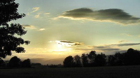 Sonnenuntergang am 25. Juni 2011: Dank Analemma wird die Sonne wohl noch einige Tage auf ihrem Höchststand verweilen, bevor es dann schon wieder abwärts geht - in sechs Monaten ist ja schon wieder Weihnachten. Noch aber kann man recht sphärische Sonnenuntergänge genießen ... (Foto: Martin Dühning)
