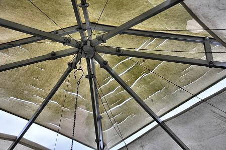 Geschlitzt und hinüber: Das Pavillon-Dach wurde durch einen Hagelsturm irreparabel geschädigt.