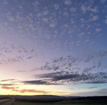 Spektraler Sonnenuntergangshimmel im Schäfchenwölkchenmeer (Foto: Martin Dühning)