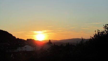 Schon bedenklich südlich geht die Sonne unter - bald verschwindet sie wieder früh hinter dem Lauchringer Berg und der Hochrheinnebel zieht das Wutachtal herauf. (Foto: Martin Dühning)