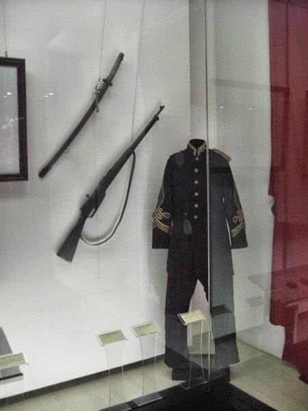 """Aus jüngerer Zeit stammen diese Uniformen, die sich sichtlich an den europäischen """"Kolonisatoren"""" orientieren. (Foto: Hansjörg Dühning)"""