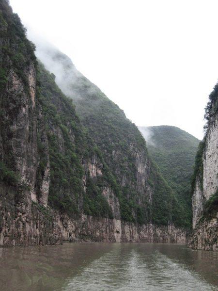 Abenteuerliche Felswände säumen den Nebenfluss des Jangtse, sie stehen zumindest kleineren Fjorden in nichts nach. (Foto: Hansjörg Dühning)
