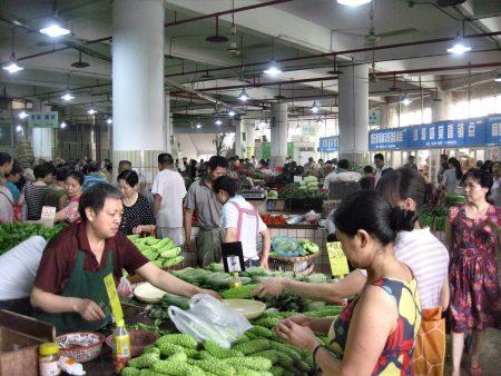 Die Markthallen der Millionenstadt Chongqing versorgen nur einen Teil der Einwohner. Hier ist der Gemüsemarkt zu sehen, der Fleischmarkt dagegen wäre nicht für westliche Augen - nach dem Besuch desselben wurde Hansjörg Dühning sogar zeitweilig Vegetarier, was sonst gar nicht seine Art ist. (Foto: Hansjörg Dühning)