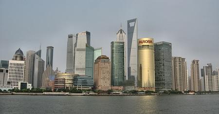 Skyline von Shanghai im Sommersmog