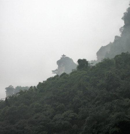 Eine einsame Pagode versinkt im Bergnebel. Bei schönem Wetter kann man an den Ufern des Jangtsekiang auch Makaken, eine Affenart beobachten. In den zahlreichen Flusshöhlen leben immer noch Höhlenfledermäuse. (Foto: Hansjörg Dühning)