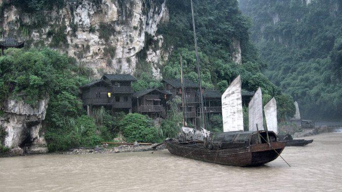 Wie aus dem Bilderbuch - aber wirklich echt. Klassische Flussdschunken vor einem alten chinesischen Fischerdorf am Jangtsekiang trotzen der Moderne 2011. (Foto: Hansjörg Dühning)