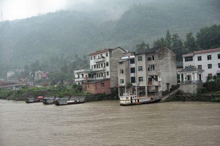 Hier sieht es schon moderner aus und so modern oder noch städtischer sind die meisten Ufergemeinden am Jangtsekiang inzwischen ausgebaut. (Foto: Hansjörg Dühning)