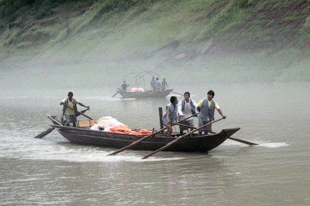 """Ganz legale """"Schlepperbande"""", welche Touristen zu Demonstrationszwecken in traditioneller Weise mit Rudern und Seilen den Fluss hinauf zieht. Manchmal singen sie dabei die klassischen Lieder des Volksstamms der Tujia. (Foto: Hansjörg Dühning)"""