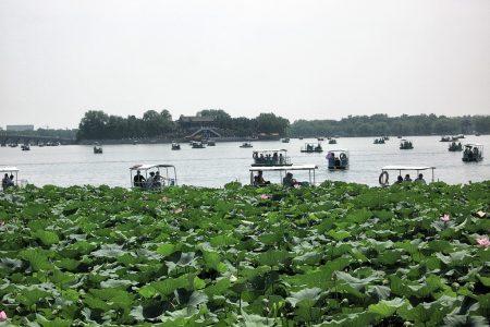 Der im Sommer mit Lotus teilweise zugewachsene Kunming-See lädt zu Bootsfahrten ein. (Foto: Hansjörg Dühning)