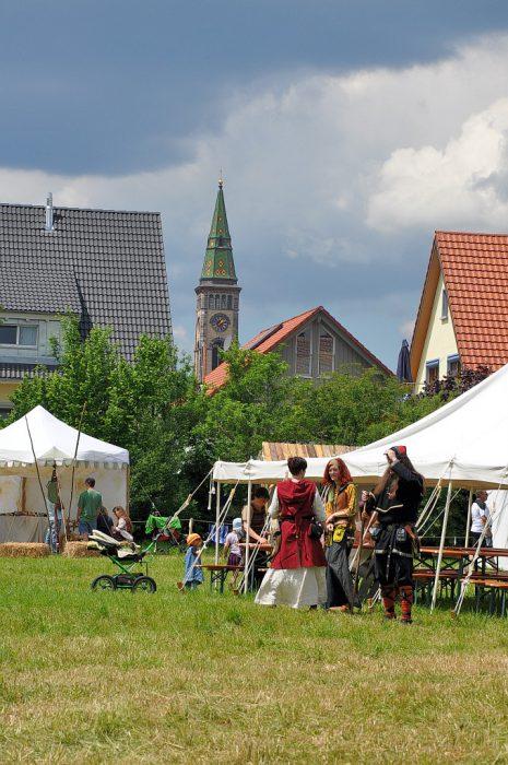 Ambientetaugliche Besucher beim Mittelaltermarkt, im Hintergrund die Bräunlinger Stadtkirche.