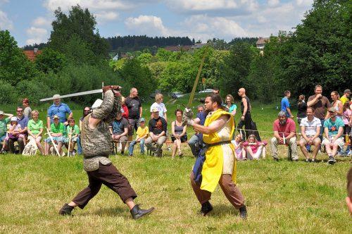 Schaukämpfer zeigten dem Bräunlinger Publikum ihr Können - hier zum Beispiel bei einem Zweikampf.