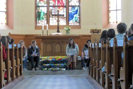 Anspiel im Abiabschlussgottesdienst mit Segenspapierbötchen (Foto: Martin Dühning)
