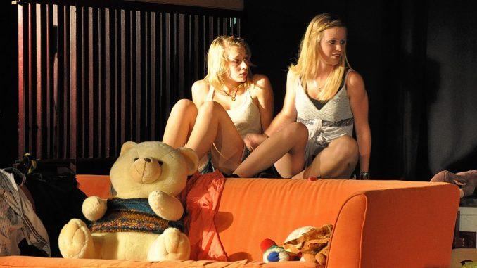 Hat diese Beziehung eine Chance? Agnes und ihre große Liebe Elin treffen sich auf einer Party (Foto: Martin Dühning).