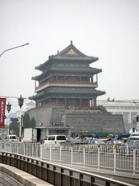 """Eine große Pagode beim """"Platz des himmlischen Friedens"""" ragt aus dem Großverkehr und den Nebelschleiern des allgegenwärtigen Smogs hervor (Foto: Hansjörg Dühning)."""