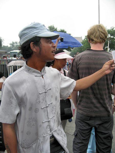 Ein fliegender Händler bietet seine Scherenschnitte feil (Foto: Hansjörg Dühning).
