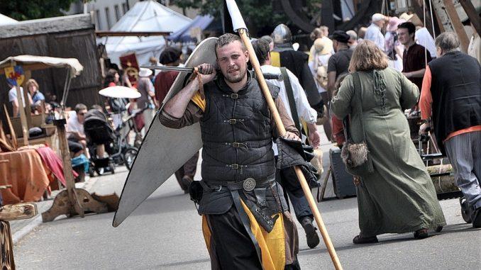 Ein Söldner patroulliert über den Oberlauchringer Mittelaltermarkt 2012 (Foto: Martin Dühning).