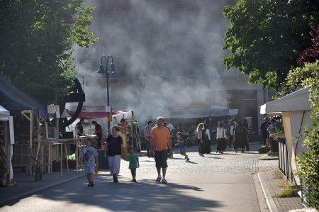 Das Fest ist aus, die Zuschauer gehen nachhaus' - zumindest von der Stimmung und von den Zuschauerzahlen war das Mittelalterfest 2012 in Lauchringen ein Erfolg (Foto: Martin Dühning).