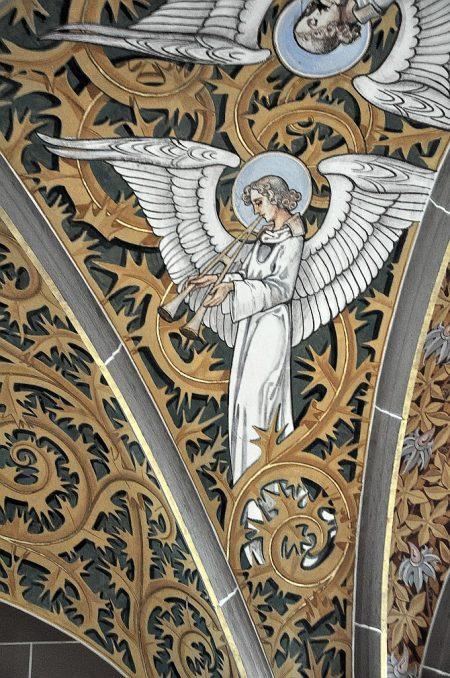 Aulos spielender Engel am Deckengewölber über dem Haupteingang der Kirche Peter & Paul (Foto: Martin Dühning)