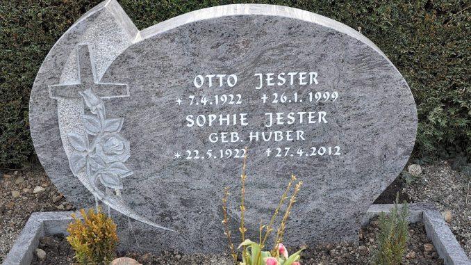 Grabstein des Ehepaars Otto und Sophie Jester in Oberlauchringen Ende März 2013
