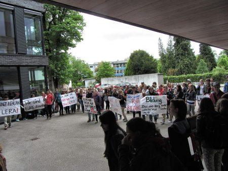 Schüler vom KGT empfangen den Kultusminister mit Pfeifkonzerten. So hatte sich die SPD die Veranstaltung wohl nicht ganz vorgestellt.