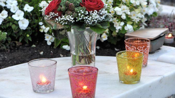 Kerzenlichtlein leuchten auf einem Grab (Foto: Martin Dühning)