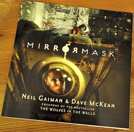 """Der Bildband zum Film """"Mirrormask"""" erzählt die Geschichte in Collagen von Filmbildern und mit Originalillustrationen Dave McKeans nach."""
