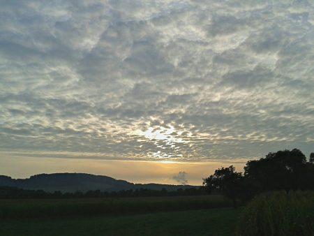 Abendsonne mit S3 Mini und HDR Camera+ - gestochen scharfe HDR-Wolken, dafür gehen Strukturen verloren, was aber zu deutlich überzeugenden, unverwackelten Ergebnissen führt.