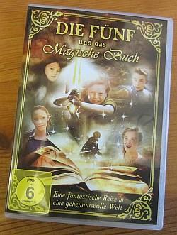 """In Deutschland ist """"THE FIVE"""" in zweifacher Ausführung erhältlich, hier die Version """"DIE FÜNF und das Magische Buch"""", publiziert von SchroederMedia, freigegeben mit USK 6 Jahre."""