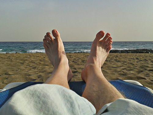 Müde wintergebleichte Füße an einem fast schon sommerlichen Strand im tiefen Süden...