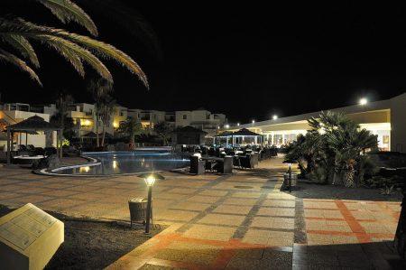 Tropische Nacht in einer weitgehend leeren Hotelanlage
