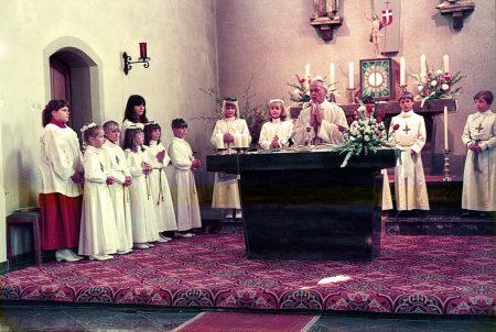 Pfarrer Ruby bei meiner Erstkommunion in der damals noch unrenovierten St. Andreas-Kirche. Ich bin ganz rechts im Bilde. (Foto: Helmut Würtemberger)