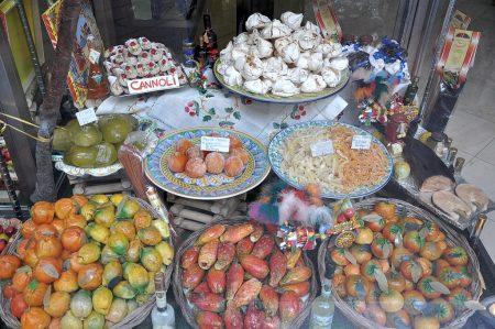 Auserlesenes Naschwerk in der Auslage eines sizilianischen Süßwarenladens: Cannoli, Mandelgebäck, kandierte Früchte und allerei Marzipankreationen - Zuckerrausch beim Genuss vorprogrammiert. (Foto: Martin Dühning)