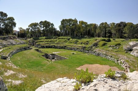 Das Amphitheater stammt aus römischer Zeit, einst reichten seine Ränge bis hoch an die heutigen Baumwipfel. (Foto: Martin Dühning)