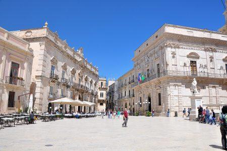 Plaza vor dem Dom von Syrakus mit seinen lichten Kalksteinfassaden (Foto: Martin Dühning)