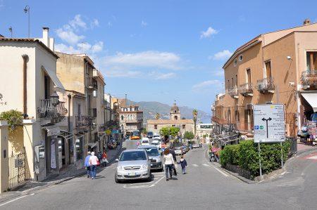 Kontrastprogramm: Ganz anders als das luftig-ruhige Ätnamassiv wirkt das quirlig-laut-mediterrane Taormina, das mich am späten Nachmittag erwartete - dazu aber einandermal...