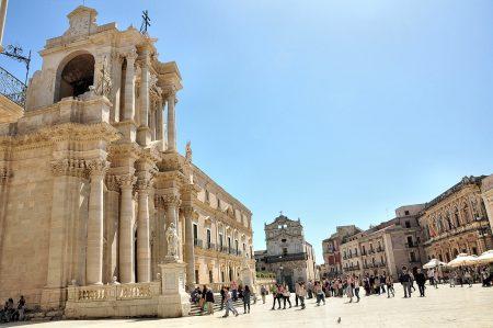 """Der Dom von Syrakus und die Plaza mit Blick auf die Barockkirche """"Lucia alla Badia"""" (Foto: Martin Dühning)"""