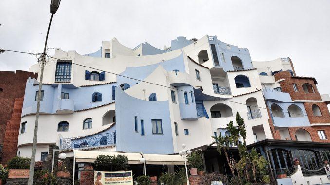 Lustige Farben und Formen hat dieses sizilianische Gebäude. Es könnte dem fast dem Skizzenbuch eines Roland Ueber entsprungen sein. Barrierefrei ist es sicher nicht, aber sehr hübsch. (Foto: Martin Dühning)
