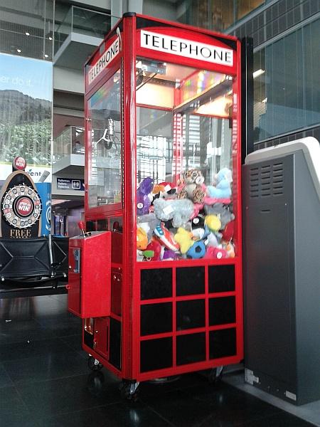 Der Kuscheltierautomat in Halle 4 des Euroports Basel zieht kleine reisende Kinder aller Nationalitäten magisch an. (Foto: Martin Dühning)
