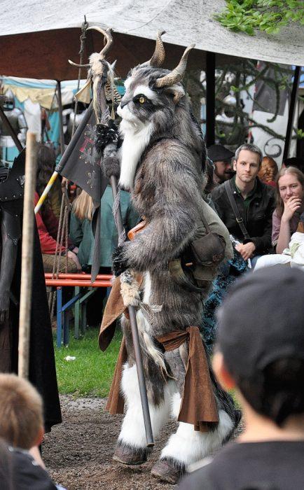 """Neben viel Gewandung """"von der Stange"""" waren unter den Besuchern auch solche in auserlesen-individuellen Kostümen - wie dieser katzenartige Dämon, der auch bei der Preisverleihung gewürdigt wurde (Foto: Martin Dühning)"""