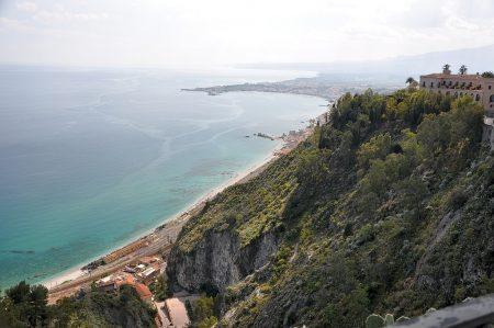 Blick von der Promenade auf den 200m tiefer gelegenen Bahnhof und den Golf von Giardini-Naxos (Foto: Martin Dühning)