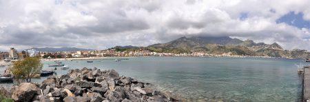 Blick auf die Bucht von Naxos mit dem heutigen Badeort Giardini Naxos und Taormina (Foto: Martin Dühning)