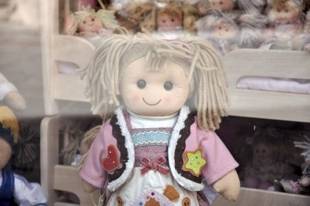 Knuffige kleine Sizilianerinnen, wahlweise sogar mit lokaler Tracht bekleidet, grinsen den Passanten aus diesem Püppchenladen in Taormina entgegen. (Foto: Martin Dühning)