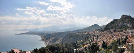 Panorama auf Taormina und den Golf von Giardini Naxos Richtung Ätna (Foto: Martin Dühning)