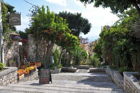 Die Altstadt von Taormina könnte dem Bilderrausch eines Vedutenmalers ensprungen sein, nur existiert es wirklich und wenn man Treppchen und kleine, verschlungene Gassen nicht scheut, ist es einer der schönsten Orte. (Foto: Martin Dühning)